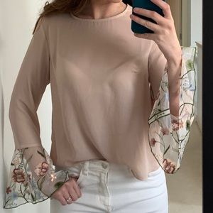 💥3/$25 Blush blouse w/ embroidered flute sleeves